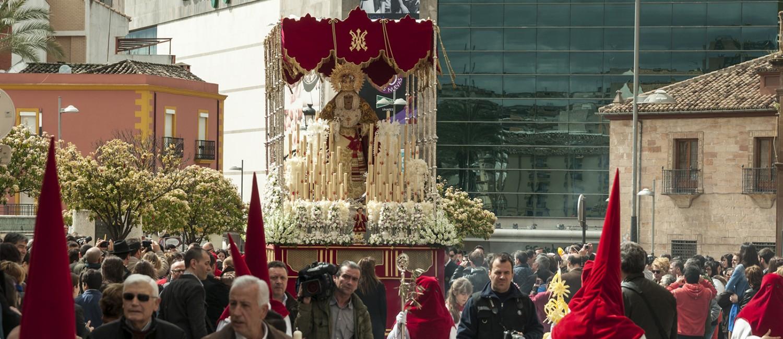 Foto del paso de palio de Ntra. Sra. de la Alegría (de la Hdad. de la Entrada en Jerusalén) entrando a la Plaza del Ayuntamiento.