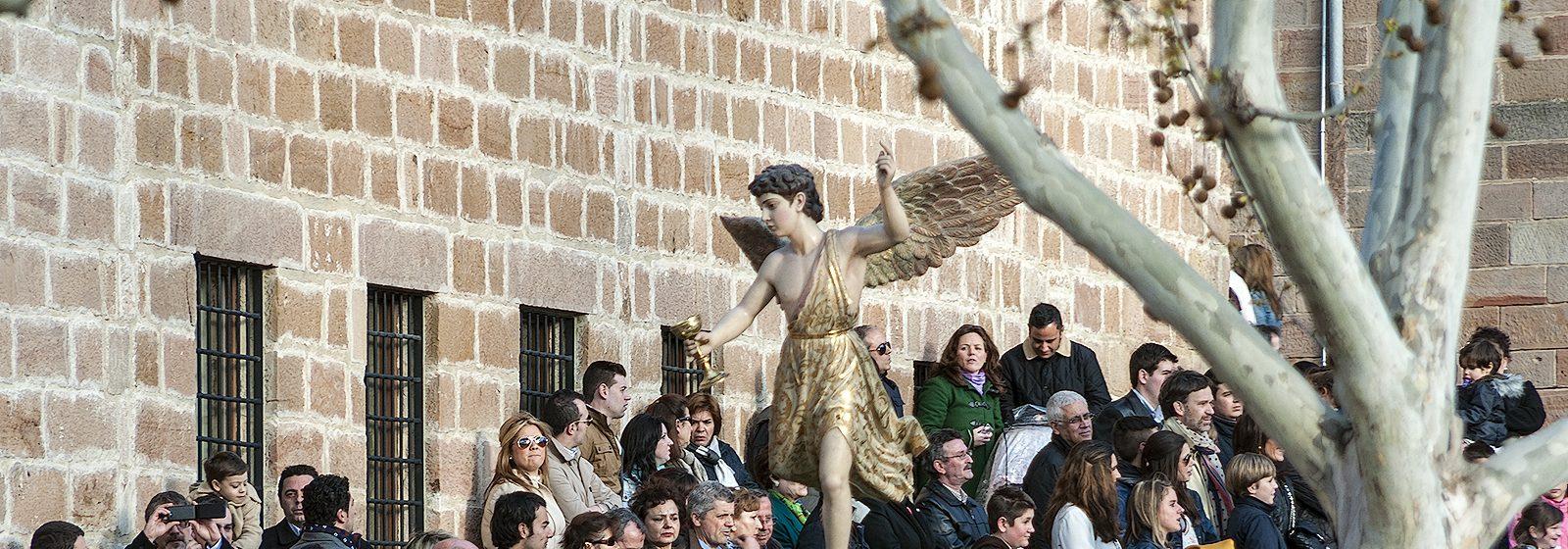 Foto del pequeño trono del Ángel Custodio instantes después de haber salido del templo de Santa María La Mayor.