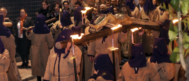Foto de Cristo Crucificado portado a hombros por devotos en el Via Crucis