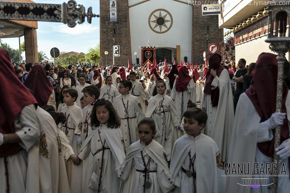 Tercio infantil saliendo de la parroquia de Santa Agustín, momentazo de esta Semana Santa de Linares 2015