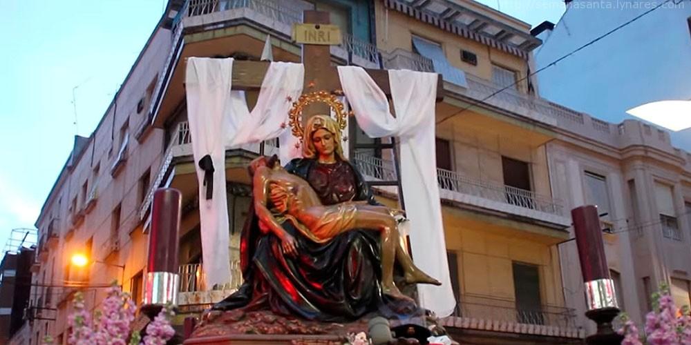El Santo Entierro regresó precipitadamente al templo a causa de la lluvia